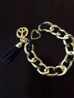 Pulsera tipo Chanel de cadena dorada y negro. Raquel Ibarra
