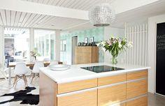 Tammiviiluiset Mano Forte -keittiökalusteet on hankittu Kvikistä.   Suojaisan pihan syleilyssä   Koti ja keittiö