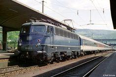 1975: D512 München-Dortmund, gebildet aus 13 Wagen in Pop-Farben und geführt von 110 421-5 des Bw Dortmund Bbf, zeigte noch einmal ein Erscheinungsbild, das auch heute noch viel mehr Attraktivität ausstrahlt, als vieles, was man später erdacht hat.