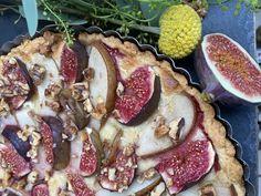 Diese phänomenal-leckere Feigen-Birnen-Tarte mit Marzipan-Creme und Walnuss-Topping ist genau das richtige für stürmische Herbsttage. Die frischen Früchte in Kombination mit der süßen Marzipan-Creme und dem knusprig-zarten Mürbeteig ergeben eine wahre Geschmackssensation auf der Zunge. #Figs #annibackt #feigen #tarte #herbstrezepte #marzipan