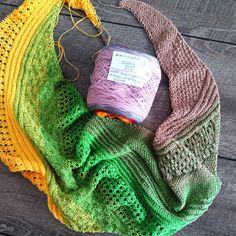 asymmetrisches Dreieckstuch Herbstzauber You are in the right place about stricken trachtenjacke Her Ankle Boots With Leggings, How To Wear Ankle Boots, How To Wear Leggings, Fall Scarves, How To Wear Scarves, Blanket Scarf Outfit, Scarf Tutorial, Fall Jeans, Knitted Shawls