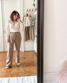Tenue du jour! Un pantalon beige avec un cache-coeur crème en satin et des converses. Style Personnel, Inspiration Mode, Suits, Sacramento, Blog, Instagram, Fashion, Ootd, Two Pieces