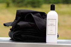"Natürliches Waschshampoo für Dunkles ""The Laundress Darks Detergent"" Make Color, Color Guard, Everyday Items, Biodegradable Products, Bright Colors, Shampoo, Fragrance, It Is Finished, Dark"