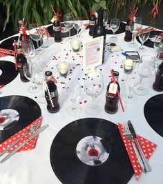 Rockabilly Wedding - Cool Tips, Ideas & Inspirations - - - Rockabilly Hochzeit – Coole Tipps, Ideen & Inspirationen Rockabilly wedding table decoration Photo: Tamara Krüger Rockabilly Wedding Decorations, Rockabilly Decor, Rockabilly Party, Rockabilly Style, Rockabilly Girls, 50s Wedding, Wedding Themes, Wedding Table, Rustic Wedding