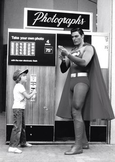 Christopher Reeve takes a photo with a young fan! What a Superman! He was the best superman! Movies And Series, Dc Movies, Movie Tv, Marvel Dc, Christopher Reeve Superman, Photos Booth, Univers Dc, Man Of Steel, Shows