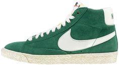 Sneakers di ispirazione basket, le Nike Blazer Mid Suede Vintage sono un classico Nike totalmente rinnovato in stile vintage! Tomaia in suede con logo in pelle su entrambi i lati. Lettering sul retro. Suola in gomma vulcanizzata.    Prezzo: 100.00€    SHOP ONLINE:    WOMAN http://www.athletesworld.it/nike-blazer-mid-suede-vintage-nike-5037414    MAN http://www.athletesworld.it/nike-blazer-mid-suede-vintage-nike-8037414