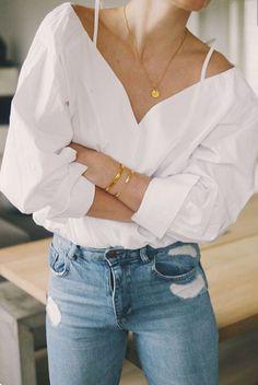 Moda na bluzki z falbanami opanowała nie tylko Polskę. Najchętniej wybieranymi przez kobiety są kolory niebieski i różowy. Koniecznie w paski! Oczywiście mi także się one podobają. Niestety nie uda…