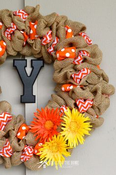 to Make a Burlap Wreath With Accent Ribbon This is great! Easy step-by-step tutorial teaches how to make a burlap wreath using two different accent ribbons. Beautiful craft for holiday and everyday home decor! Burlap Projects, Burlap Crafts, Wreath Crafts, Diy Wreath, Diy Craft Projects, Craft Ideas, Wreath Ideas, Wreath Making, Diy Ideas