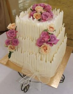 erinnert mich an die grandiose Torte vo Sandra und Thomas! dieser Schokoinhalt und Miris Deko! Das wärs!breathtaking!