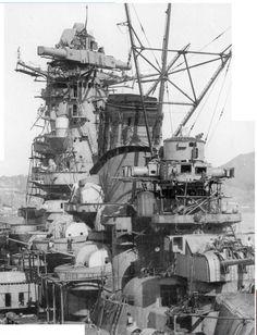 【戦艦大和】 大和型戦艦  排水量64,000トン (基準)  全長263.0m  幅38.9m  ボイラーロ号艦本式缶12缶 主機艦本式タービン4基4軸  出力153,553馬力  最大速力27.46ノット  航続距離16ノットで7,200海里(13,334km)  乗員竣工時:2,500名  最終時:3,332名