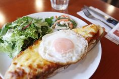 代官山 メゾン・イチ 「クロック・マダム」ランチセット980円 葉野菜のサラダとジャガイモのグラタン、パンの盛り合わせ、飲み物がセット。