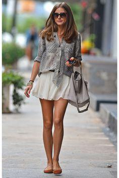 Olivia Palermo combina minifalda blanca con blusa en print animal y bailarinas.