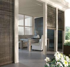 De Ibiza, een roll-up gordijn van geschakelde houten latjes, zeer goed toepasbaar in verandas en tuinkamers. Ook kan de Ibiza binnenshuis toegepast worden, als raamdecoratie of als room divider.