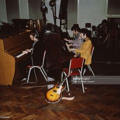 the-beatles-play-pianos-at-abbey-road-studios-london-circa-1967-left-picture-id475576479 (1017×1024)