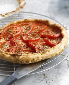 Recette Tarte légère thon et tomates :  Faites précuire la p,te (avec des haricots secs) 10 minutes à 180°C.Coupez les tomates en rondelles,épépinez-les, salez-les.Sur la p,te précuite, badigeonnez le fond de moutarde et parsemez de 30 gd'emmenthal r,pé.Répartissez le thon émietté et l...