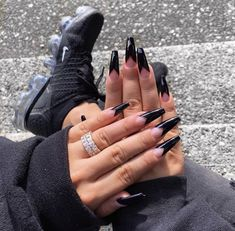 Semi-permanent varnish, false nails, patches: which manicure to choose? - My Nails Nails On Fleek, My Nails, Black Acrylic Nails, Black Coffin Nails, Black Acrylics, Gel French Manicure, Fire Nails, Nagel Gel, Perfect Nails