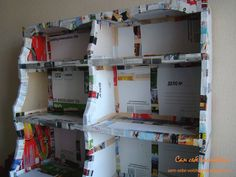 estantes de la cocina hechos de cartón con sus manos