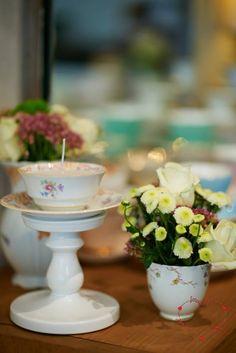 Vintage Dekoration von Marthas Kaffeetafel. Kerze in wunderschöner Vintage Tasse