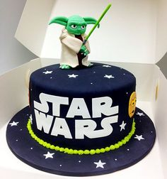 12 awesome Star Wars cakes that will blow your mind. The perfect blofg for May Star Wars Day! Star Wars Cakes for every occasion. Star Wars Torte, Bolo Star Wars, Star Wars Cake, Star Wars Cupcakes, Happy Birthday Kuchen, Aniversario Star Wars, Star Wars Birthday Cake, 5th Birthday, Birthday Cakes