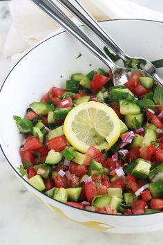 Salade de tomates et concombre à la marocaine - Cuisine Culinaire vegetarisch lifestyle recipes grillen rezepte rezepte schnell Healthy Crockpot Recipes, Healthy Eating Recipes, Clean Eating Snacks, Vegetarian Recipes, Vegetarian Sweets, Coliflower Recipes, Moroccan Salad, Quinoa, Cucumber Salad