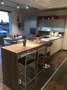 Time/Kalì di Arredo3 Cucine: cemento, grigio cenere e mattone opaco. Tavolo noce canaletto.