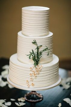 How cute are the little flowers on this cake: http://www.stylemepretty.com/oregon-weddings/2014/12/12/intimate-oregon-wedding-at-brasada-ranch/ | Photography: Josselyn Peterson - http://www.josselynpeterson.com/