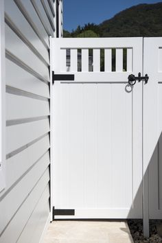 Love the coastal look? Scyon Linea weatherboards allow you to create a classic weatherboard look without the maintenance. Side Gates, Front Gates, Entry Gates, Backyard Gates, Garden Gates And Fencing, House Siding, Facade House, Grafton House, Weatherboard House