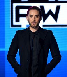 Pin for Later: 27 Beauty Looks des American Music Awards Que Vous Allez Avoir Envie de Copier Jared Leto Les cheveux roses de Jared ne sont pas passé inaperçu lorsqu'il est monté sur scène.
