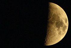 Na dobranoc, tak z okazji dzisiejszego święta fotografii!:) Kolejne stare znalezisko robione pierwszą lustrzanką :) #moon #sky #nightsky #nightlights #canon #photooftheday #photoshoot #photographer #goodnight #good #night #halfmoon #poland #nature #cosmos #holiday #canon1000d #moonphotography