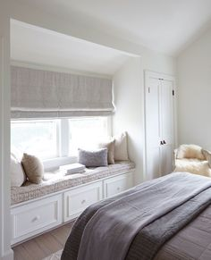 cocooning room decoration – fitted out relaxation area with under-seat banquette and cushions deco in neutral tones Source by jeannemaur Bedroom Window Design, Bedroom Windows, Home Decor Bedroom, Window Seats Bedroom, Bedroom Nook, Window Seat Cushions, Bedroom Girls, Bay Windows, Bedroom Curtains