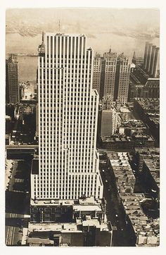Daily News Building, New York, Photo: Berenice Abbott. The Metropolitan Museum of Art, New York. Vintage Architecture, City Architecture, New York City Buildings, Berenice Abbott, A Level Art, Metropolitan Museum, Black And White Photography, Old Photos, Skyscraper