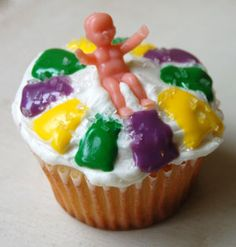 Cupcakes iced to look like a King Cake for Mardi Gras