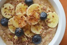 3 Microwave Oatmeal Recipes - Mouth-watering Banana Bread Oatmeal, sweet & delicious Banana Berry, and an always favorite tasty apple cinnamon. What a yummy start to the day! Low Carb Recipes, Soup Recipes, Cooking Recipes, Microwave Oatmeal, Healthy Oatmeal Recipes, Healthy Breakfasts, Healthy Food, Banana Berry, Microwave Recipes