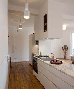 Plan de travail marbre et meuble blanc laqué