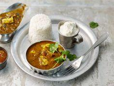 Palak paneer on tyypillinen intialainen kasviscurry, joka koostuu perinteisesti pinaattisoseesta, valkosipulista ja kotijuustosta. Tässä versiossa lisäsin curryyn hiukan hapokkuutta. Kauniin vihreä väri sai väistyä ja maku sai uudenlaista luonnetta.
