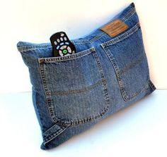 Upcycle Designer Jeans Storage Pocket Pillow - great for my denim couch Diy Jeans, Jean Crafts, Denim Crafts, Artisanats Denim, Blue Denim, Denim Couch, Jean Diy, Pocket Craft, Sewing Crafts