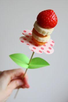 De leukste traktaties voor peuters en kleuters met foto   ZOOK.nl - gezonde traktatie - fruit als bloem op een stokje   ZOOK.nl/kindertraktaties