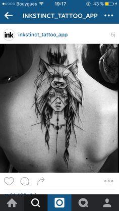 Tatouage femme loup dos nuque