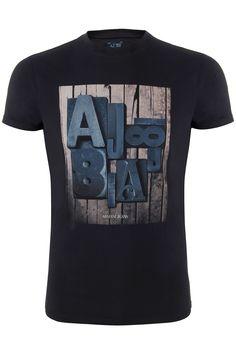 Een blauwe t-shirt met ronde hals van het merk Armani Jeans. Op het voorpand is een print afgebeeld met AJ81. Deze t-shirt is van een stretch-kwaliteit.