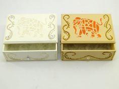 Caixa Baú Elefante em MDF <br> Nas cores Branca ou Bege <br>35-033NP <br>Linda caixa decorada ,ideal para decorar sua casa,guardar suas jóias ,serve também como porta trecos,ou o que mais sua imaginação permitir. <br>Produto feito a mão poderá ocorrer pequena variações de cores e tamanhos. <br>Figura Ilustrativa . <br>O preço é por UNIDADE.