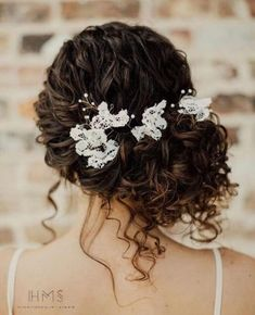 30 Wedding Hairstyles for Naturally Curly Hair – Blink & Bliss hair peinados 30 Wedding Hairstyles for Naturally Curly Hair Curly Wedding Updo, Curly Bridal Hair, Wedding Hairstyles For Long Hair, Wedding Hair And Makeup, Bride Hairstyles, Hair Makeup, Hair Wedding, Long Curly Hair, Bridal Updo