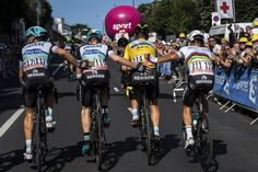 Tony Martin's teammates push him to the line after he fractured his clavicle in a crash at the finish of stage 6.