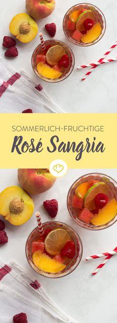 Ein Schluck Sommer gefällig? Fruchtiger Sangria steht schon bereit, um mit Pfirsich, Beere und Limette zu erfrischen