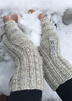 Turbo-fast wrist warmers with instructions / Turbofast Mittens - . Turbo-fast wrist warmers with instructions / Turbofast Mittens - Knit Mittens, Knitting Socks, Free Knitting, Baby Knitting, Knitting Patterns, Crochet Patterns, Odd Molly, Tricot Simple, Wrist Warmers