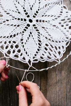 atrapasueños 41 Amazing Free People-Inspired DIY - Traumfänger mit Deckchen Bathroom From Over The M Mandala Au Crochet, Crochet Doilies, Flower Crochet, Lace Doilies, Diy Flower, Crochet Lace, Doily Dream Catchers, Crochet Projects, Diy Projects