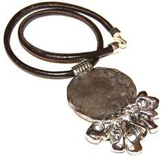 almoneda, corto. Realizado con cuero cocido y zamak baño de plata Medida collar: 70 cm + Medida colgante: 6 cm
