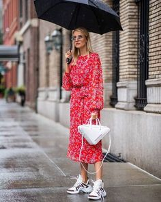 Stylish and Comfy Dress and Sneakers Outfit Look Sneaker Outfits, Dress And Sneakers Outfit, Skirt Outfits, Comfy Dresses, Summer Dresses, Printemps Street Style, Alexander Mcqueen Sneakers, Look Street Style, Two Piece Dress