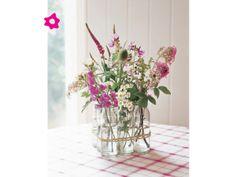 Arreglos de flores para boda con varias botellas