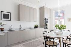 65 Gorgeous Modern Scandinavian Kitchen Design Trends - Lilly is Love Kitchen Interior, New Kitchen, Kitchen Decor, Kitchen Ideas, Warm Grey Kitchen, Stylish Kitchen, Country Kitchen, Minimalist Kitchen, Minimalist Style