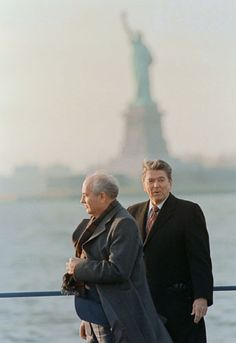 07 December 1988 - New York, USA  Ronald Reagan (D) et Mikhaïl Gorbatchev.  US President Ronald Reagan (R) and his Soviet counterpart Mikhail Gorbachev.  (© AFP / Bill Swersey)